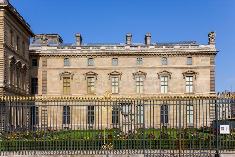 Vista sobre o museu do Louvre em Paris fotografia de stock