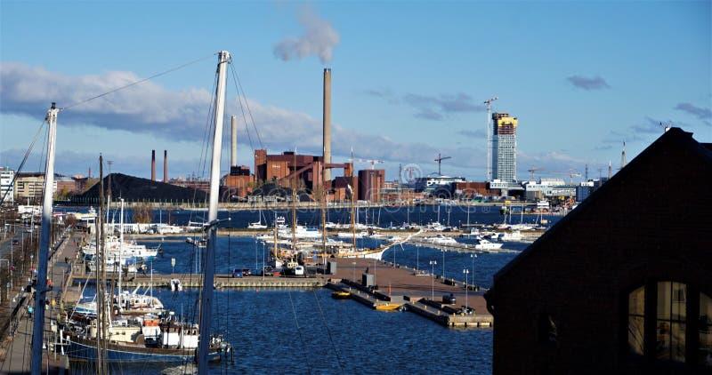 Vista sobre o porto de Helsínquia com central elétrica de carvão fotografia de stock royalty free