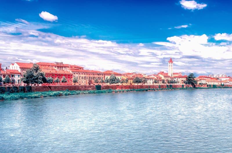 Vista sobre o rio de Adige em Verona, Itália fotografia de stock