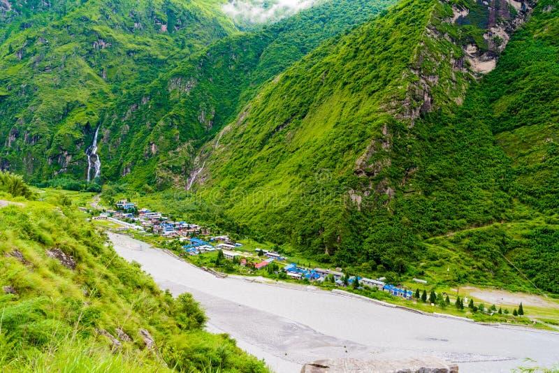 A vista sobre o rio de Marsyangdi e a vila de Tal em Annapurna circuitam, Nepal fotografia de stock