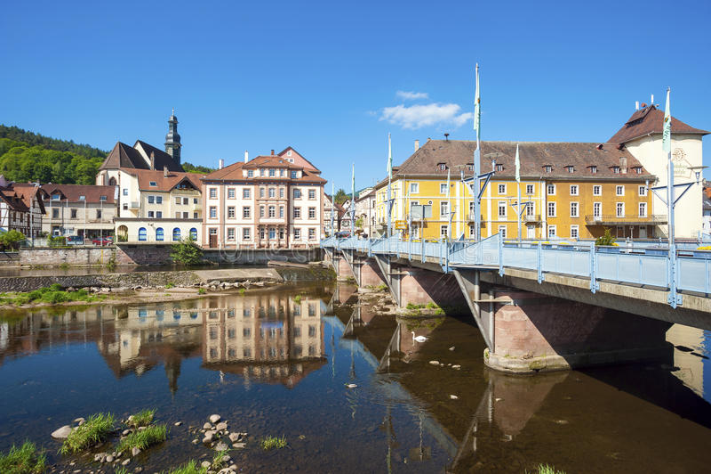 Vista sobre o rio Murg à cidade velha de Gernsbach foto de stock