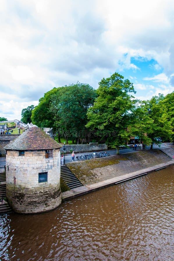 Vista sobre o rio Ouse e a ponte na cidade de York, Reino Unido imagens de stock