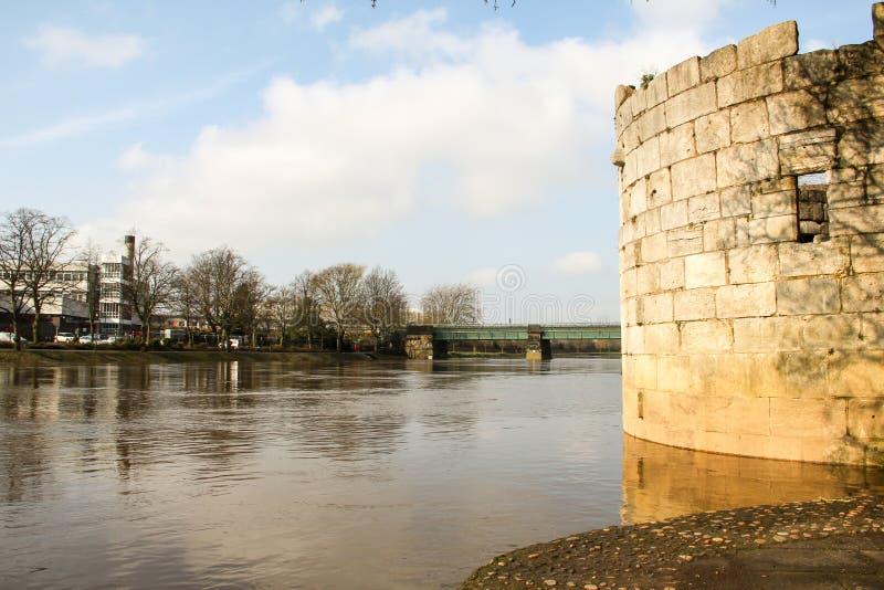 Vista sobre o rio Ouse em York com torre histórica imagem de stock