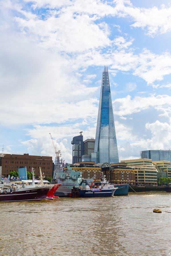 Vista sobre o rio Tamisa ao estilhaço, Londres, Reino Unido imagens de stock royalty free