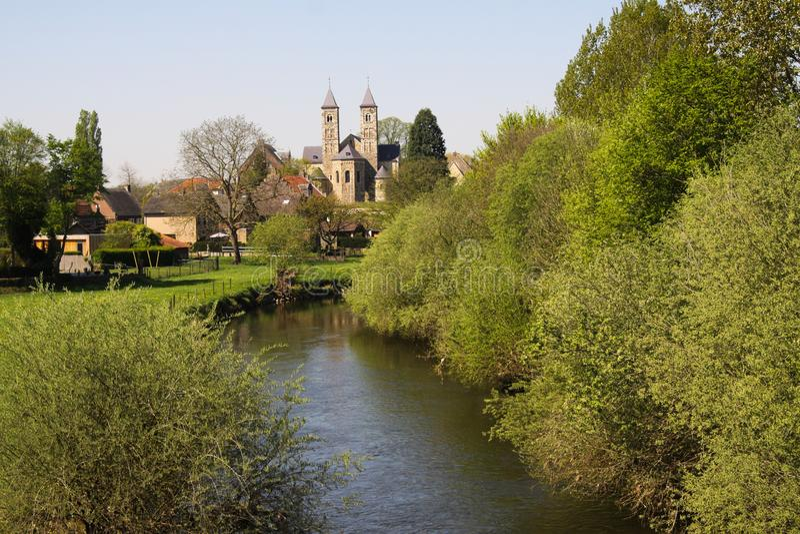 Vista sobre o RUR pequeno do rio na basílica de Sint Odilienberg perto de Roermond - Países Baixos imagem de stock