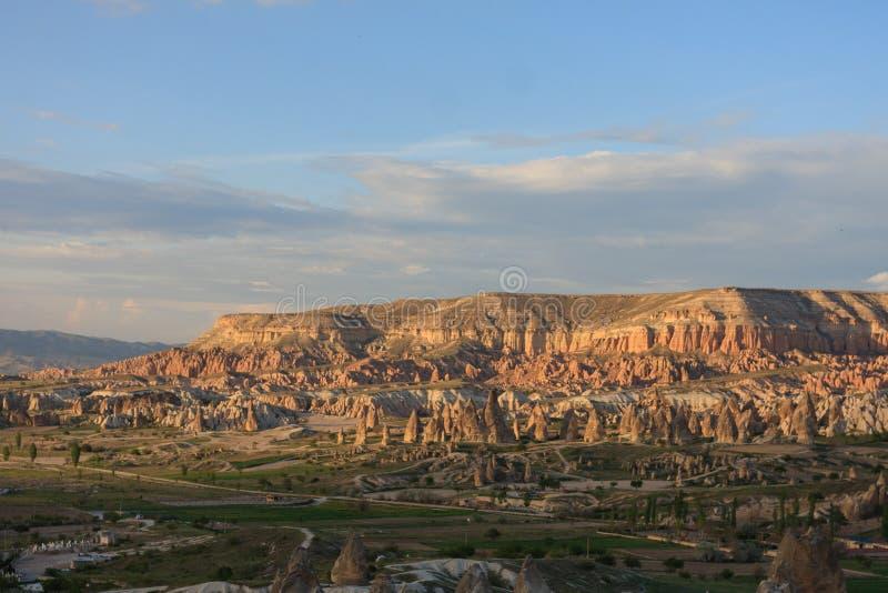 Vista sobre o vale feericamente da chaminé em Cappadocia fotografia de stock