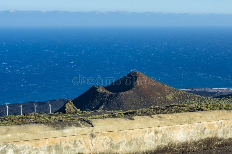 Vista sobre o vulcão de Teneguia e os Salinas de Fuencaliente, La Palma fotografia de stock