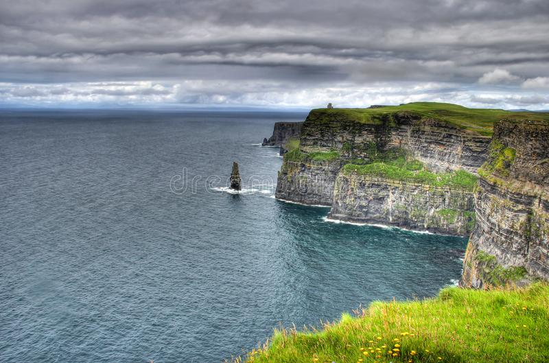 Vista sobre os penhascos do moher na Irlanda ao oceano fotos de stock royalty free