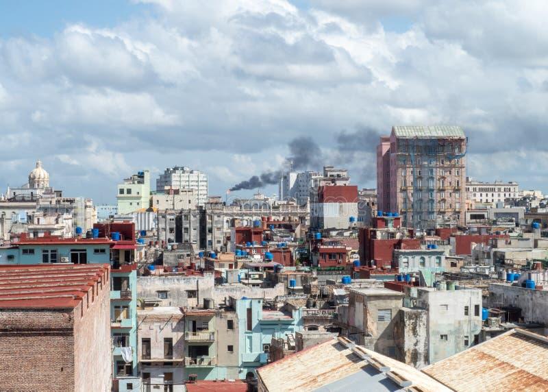 Vista sobre os telhados de Havana, Cuba com a refinaria de petr?leo na dist?ncia fotos de stock royalty free