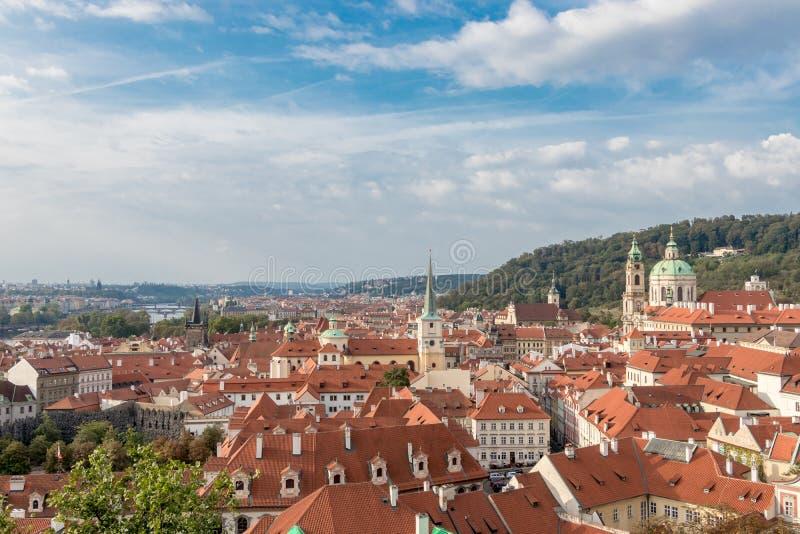 Vista sobre os telhados vermelhos da telha da cidade velha de Praga imagem de stock royalty free