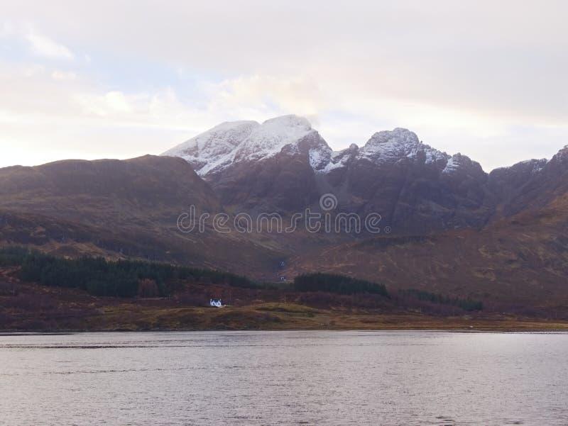 Vista sobre a paisagem desencapada alaranjada outonal, estrada do sinle, meandro, montes rochosos altos imagem de stock