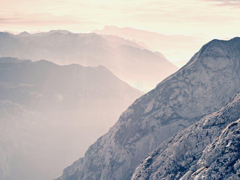 Vista sobre picos de montanha afiados altos do plano, vista bonita Nascer do sol sonhador fantástico imagem de stock royalty free