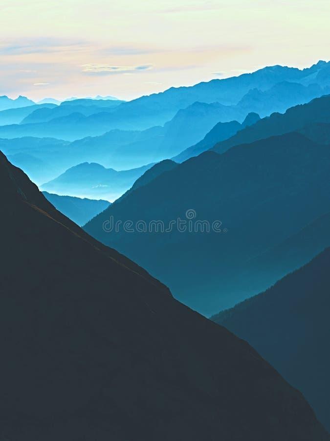 Vista sobre picos de montanha afiados altos do plano, vista bonita Nascer do sol sonhador fantástico imagens de stock
