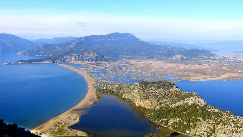 Vista sobre a praia de Iztuzu e delta do rio de Dalyan em Turquia foto de stock