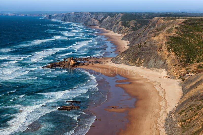 Vista sobre a praia ocidental da costa do Algarve popular com surfistas foto de stock royalty free