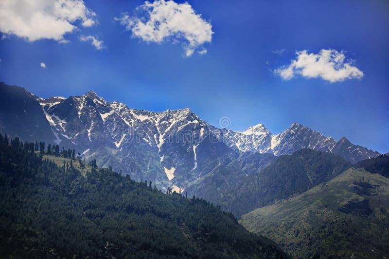 Vista sobre a seção mais baixa de montanhas Himalaias na Índia, vale de Kullu, Himachal Pradesh foto de stock