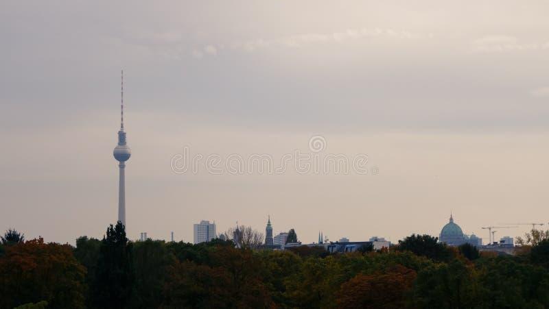 Vista sobre a skyline de Berlim, nivelando fotografia de stock
