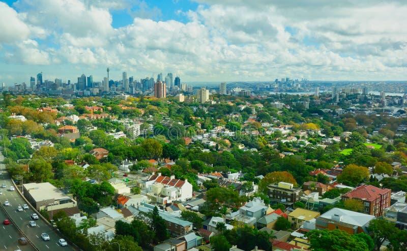 Vista sobre subúrbios orientais a Sydney City e ao porto, Austrália fotografia de stock royalty free