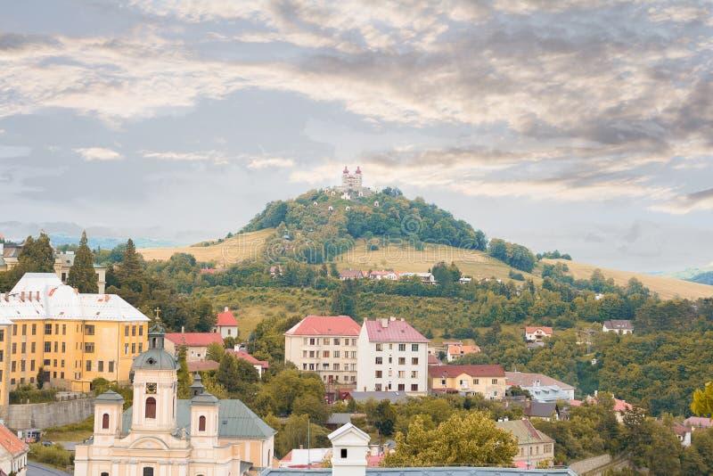 Vista sobre telhados da cidade histórica Banska Stiavnica fotografia de stock royalty free