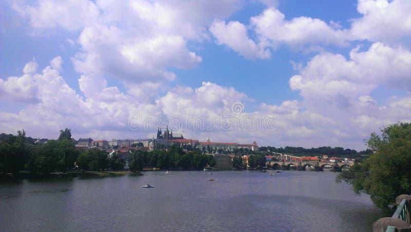 Vista sobre um lago em Praha imagens de stock