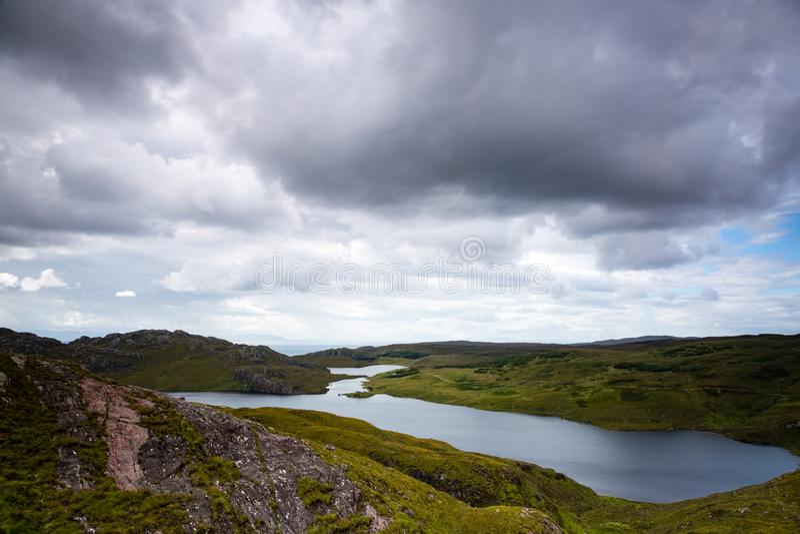 Vista sobre um loch de mar scotland do norte fotos de stock royalty free