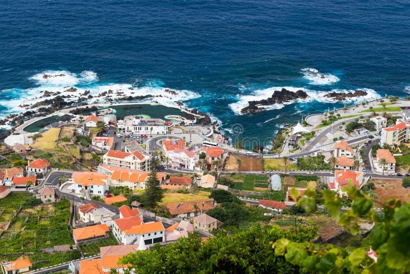 Vista sobre a vila de Porto Moniz, ilha de Madeira, Portugal fotografia de stock royalty free