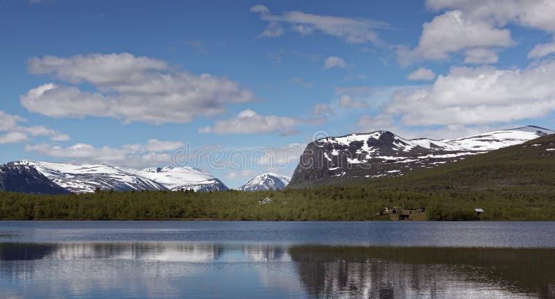 Vista sobre Vistasvagge ou Vistasvalley na Suécia do norte perto de Nikkaloukta fotos de stock