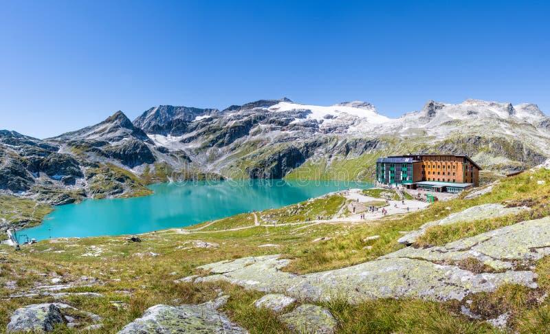 Vista sobre Weisssee com o Rudolfshuette em Tauern alto Nationalpar fotografia de stock royalty free