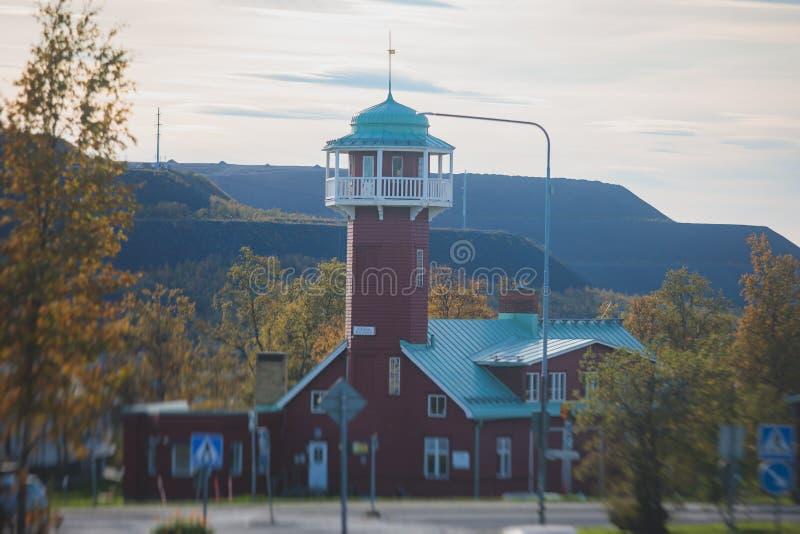 Vista solare estiva di Kiruna Street, la città più a nord della Svezia, provincia di Lapland, contea di Norrbotten immagini stock libere da diritti
