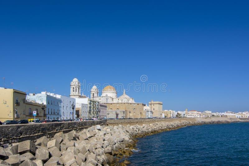 Vista soleada de la costa de la catedral y del océano de Cádiz fotos de archivo