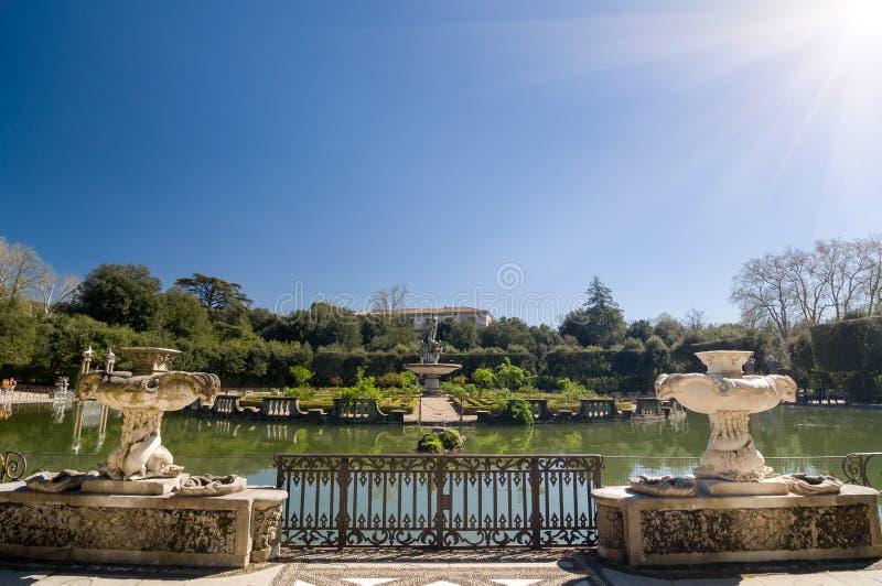 Vista soleada de la fuente de la isla, jardines de Boboli, Florencia foto de archivo