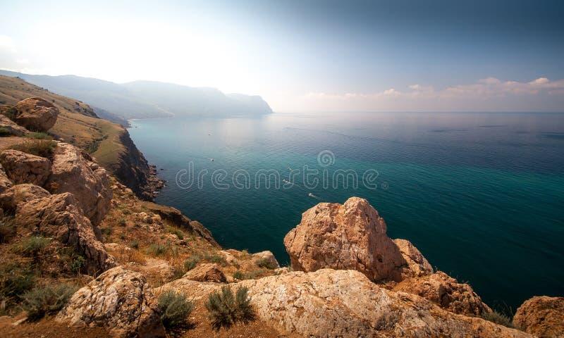 Vista soleada hermosa de la costa costa fotografía de archivo