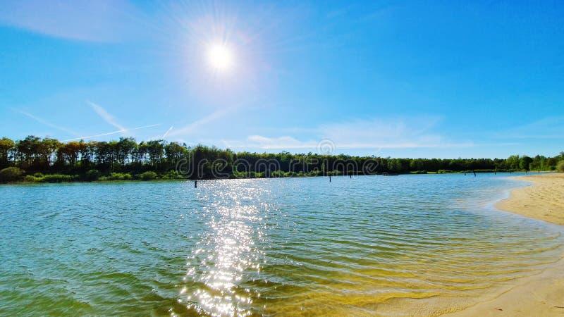 vista soleggiata del lago immagini stock
