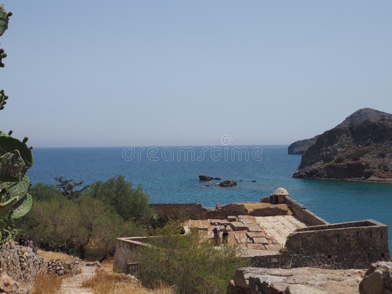Vista soleggiata della baia della spiaggia di bella estate greca all'acqua impressionante del turchese del mare blu mediterraneo  immagine stock libera da diritti
