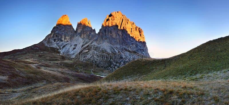 Vista soleggiata splendida delle alpi della dolomia con i pascoli Scena variopinta di Langkofel, catena montuosa di autunno di Sa fotografia stock libera da diritti