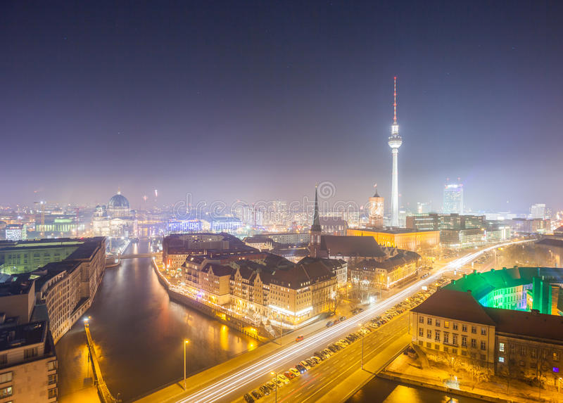 Vista sopra Berlin Alexanderplatz alla notte immagini stock libere da diritti