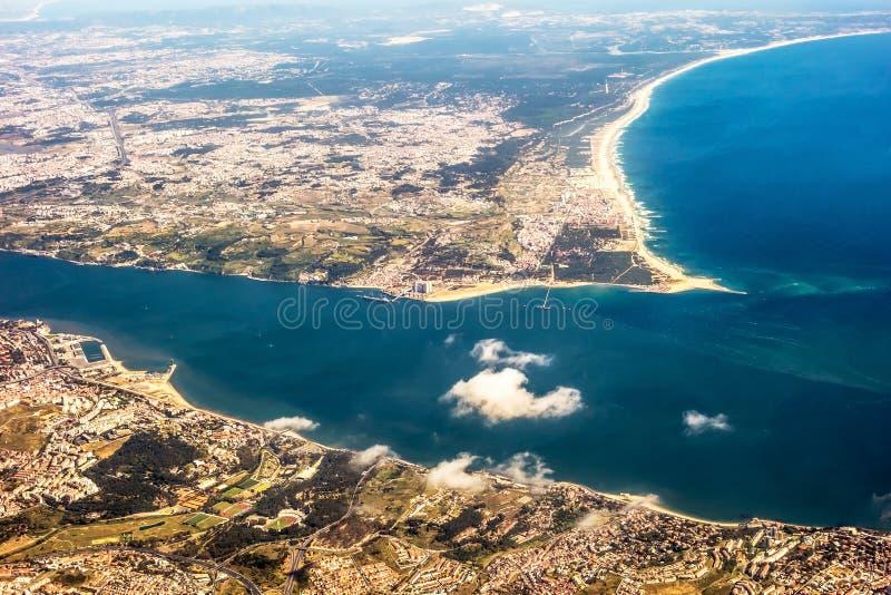 Vista sopra Costa da Caparica - vista aerea immagini stock libere da diritti