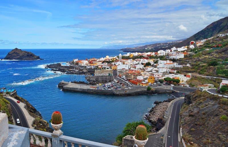 Vista sopra Garachico con la linea costiera, Tenerife, Spagna fotografia stock