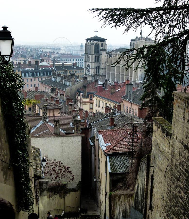 Vista sopra i tetti dell'inverno nuvoloso Lione, Francia fotografia stock libera da diritti