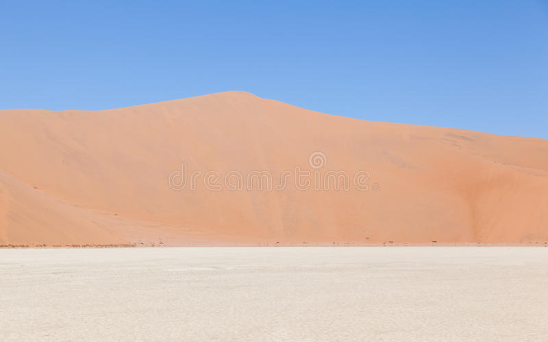 Vista sopra il deadvlei con le dune rosse famose del deserto di Namib immagini stock libere da diritti