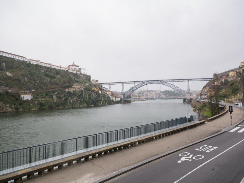 Vista sopra il fiume il Duero a Oporto, Portogallo Giorno piovoso e nuvoloso immagini stock