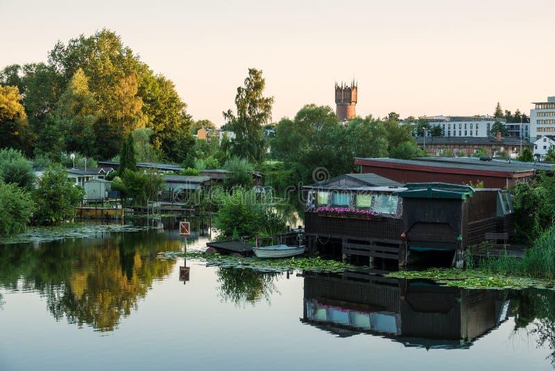 Vista sopra il fiume Warnow a Rostock fotografie stock