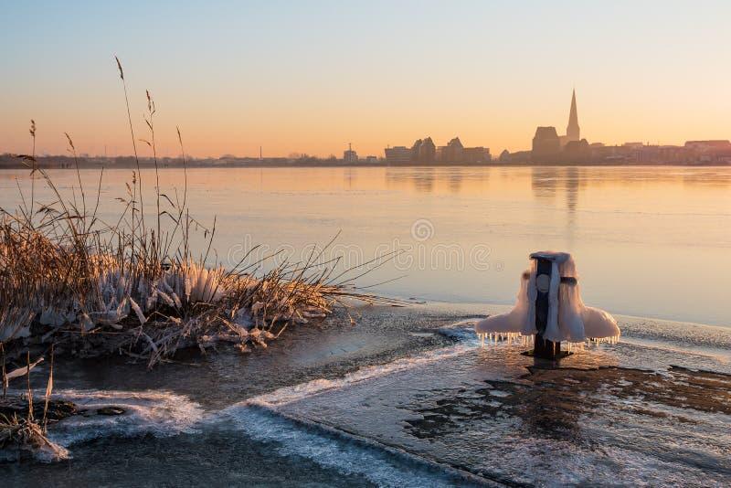 Vista sopra il fiume Warnow a Rostock fotografia stock