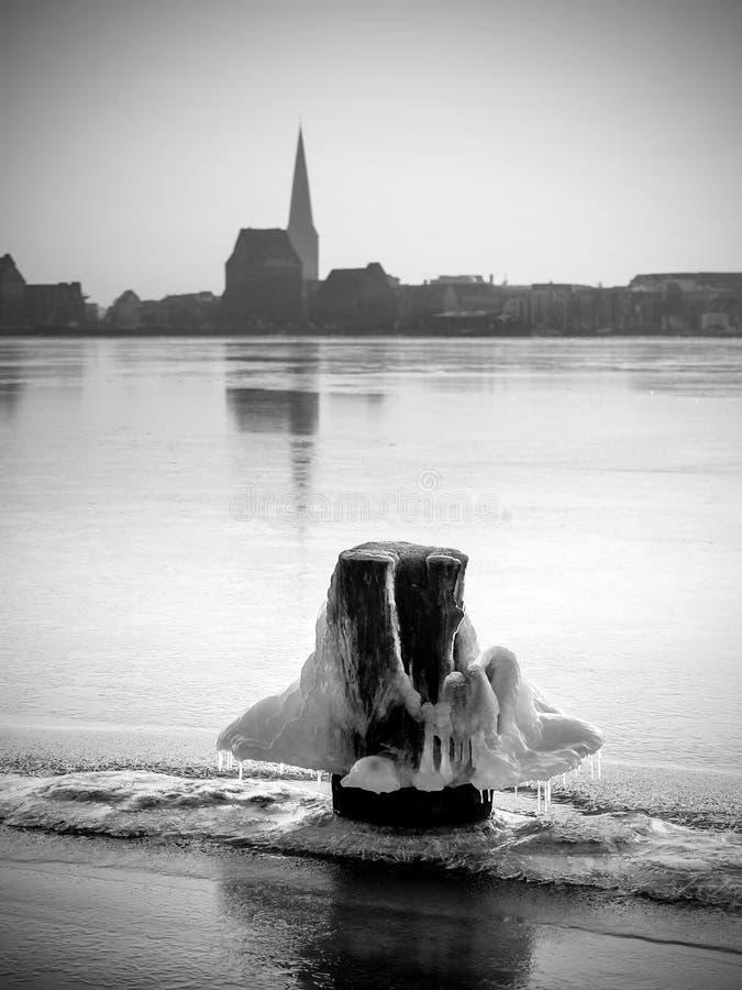 Vista sopra il fiume Warnow a Rostock immagini stock libere da diritti