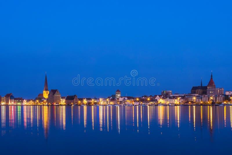 Vista sopra il fiume Warnow a Rostock, Germania immagini stock libere da diritti