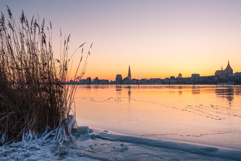 Vista sopra il fiume Warnow a Rostock, Germania fotografia stock