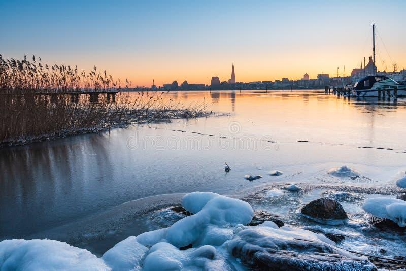 Vista sopra il fiume Warnow a Rostock, Germania immagine stock