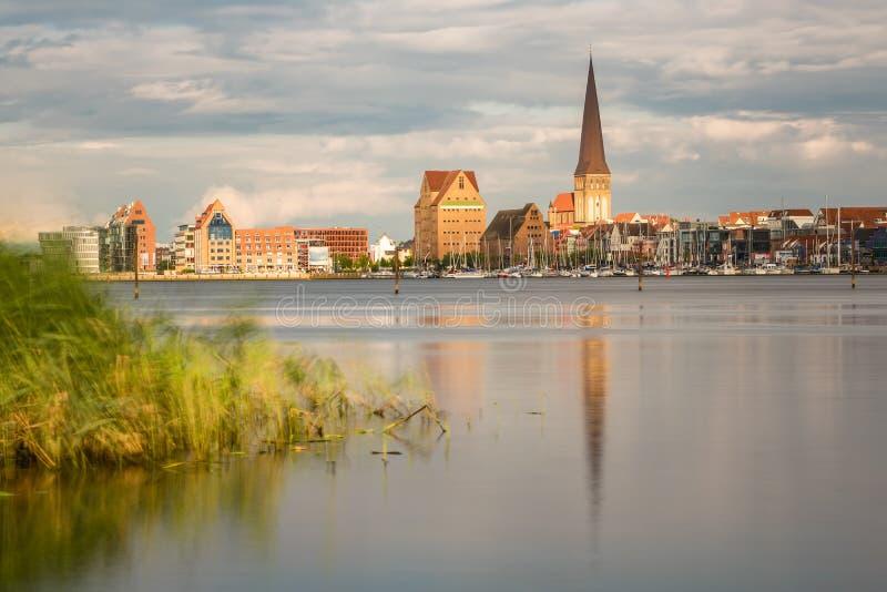 Vista sopra il fiume Warnow a Rostock, Germania fotografia stock libera da diritti