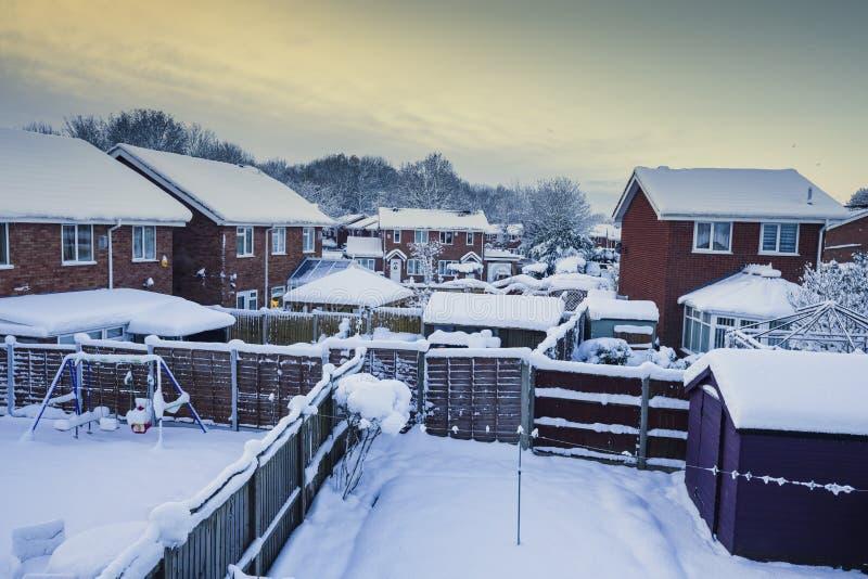 Vista sopra il giardino posteriore britannico di Snowy nell'inverno fotografia stock libera da diritti