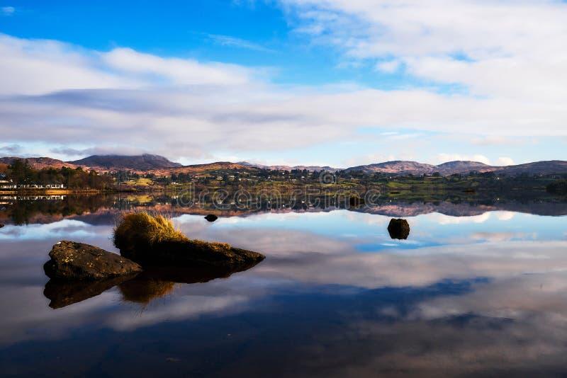Vista sopra il Lough Eske nel Donegal Irlanda - inverno fotografie stock libere da diritti